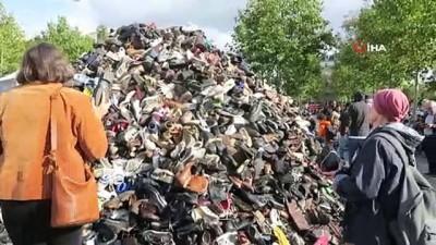 misket bombasi -  Paris'in Republique Meydanına vatandaşların bıraktığı yüzlerce ayakkabıdan Piramit oluşturuldu