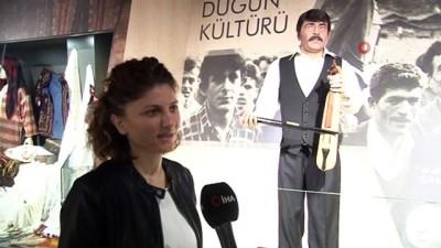 Bu balmumu heykeli hem kemençe çalıyor hem türkü söylüyor