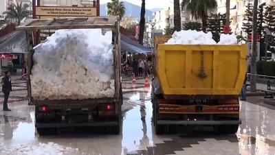cumhuriyet meydani -  Kar görmeyen çocuklar için kamyonlarla kar getirdiler