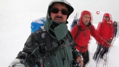 Yoğun kar ve sisli havada 18 kilometre yürüdüler