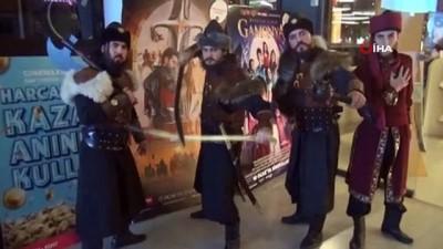 sinema salonu -  'Türkler Geliyor' filmine akıncı kostümleriyle gittiler