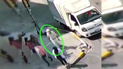 arac plakasi -  Yolun karşısına geçmeye çalışan vatandaşların üzerine araç sürüp hırsızlık yaptılar