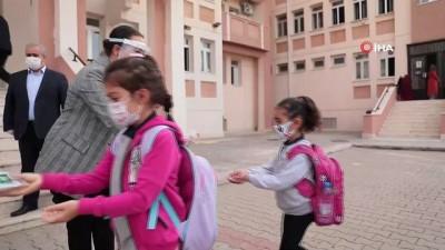 maske dagitimi -  Başkan Dutlulu, ilk ders zilinde öğrencilerin yanında oldu
