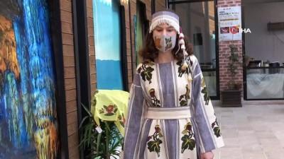 saraylar -  Maskeli, saray kıyafetleri defilesi