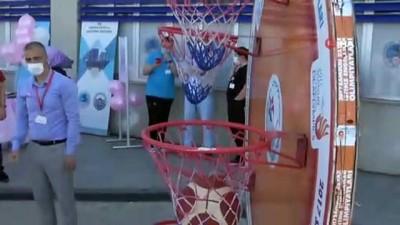 Sağlıkçılar basket atarak meme kanseri için farkındalık oluşturdu