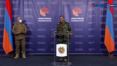 Ermenistan Savunma Bakanlığı Sözcüsü, basın toplantısı yaparken arkasındaki terlikli umursamaz asker dikkat çekti
