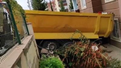 Freni boşalan hafriyat kamyonu apartmana girdi