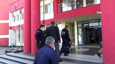 Valilik binasında polisin belinden düşen biber gazı patlayınca panik yaşandı