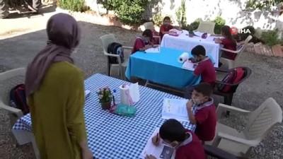 Gülen öğretmenin azmi...İnterneti olmayan öğrencilerin evlerini tek tek gezip bahçede eğitim vererek destek oluyor
