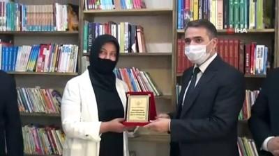Hayırsever iş kadınından okula kütüphane