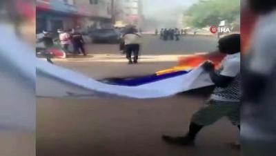 - Sudan'daki gösterilerde İsrail bayrağı ateşe verildi