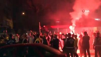 bayram havasi - Fenerbahçeli futbolcular galibiyeti taraftarıyla kutladı