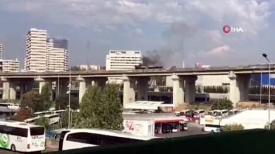 Esenler TEM bağlantı yolunda otomobil alev alev yandı