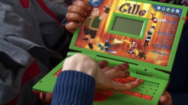 emniyet kemeri -  Engelli oğlunun hayal ettiği laptopa anne oyuncak laptopla karşılık veriyor
