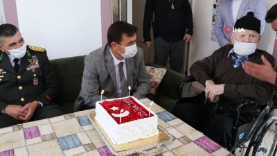 Burdur Valisi  Arslantaş, Cumhuriyet doğumlu Mehmet Dedeye doğum günü sürprizi yaptı.