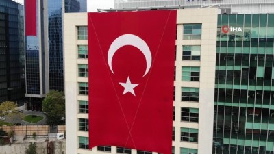 Maslak'ta gökdelenlere dev Türk bayrakları asıldı