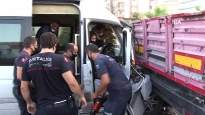 Antalya'da personel servisi, tıra çarptı: 12 yaralı...Kaza anı kamerada