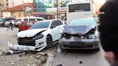 Servis midibüsü 8 araca çarptı: 3 yaralı