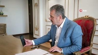 Başkan Usta, kumbarasındaki 36 lirasını Azerbaycan'a gönderen İsranur'a tablet hediye etti
