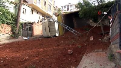 Sancaktepe'de kum boşaltan kamyon yola devrildi