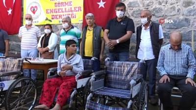 'Siverek Liseliler Grubu' ilçede bulunan 30 yürüme engelli vatandaşa manuel sandalye hediye etti