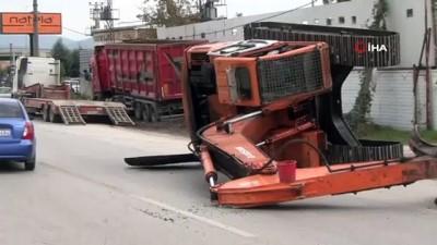Bursa Ankara yolunda facianın eşiğinden dönüldü... Tonlarca ağırlığındaki iş makinesi karayoluna devrildi