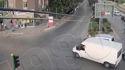 dikkatsiz surucu -  Dikkatsiz sürücülerin kaza anı kamerada
