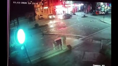 Motosikletli sürücü çarptığı otomobilin üstüne düştü...Kaza anı kamerada
