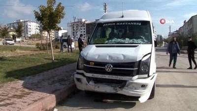 Minibüs ile hafif ticari araç çarpıştı: 4 yaralı