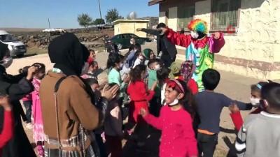 Köy çocuklarına palyaçolu, müzikli eğlence