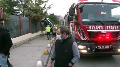 demir parmaklik -  Kadıköy'de feci kazada otomobil asılı kaldı: 1 yaralı