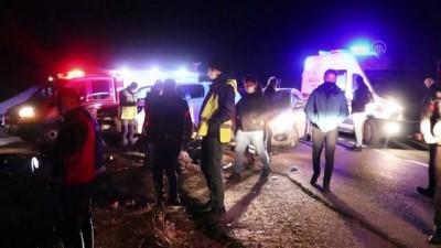 AĞRI - Sığınmacıları taşıyan kamyonet devrildi: 17 yaralı