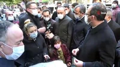 - Bakan Kasapoğlu, vatandaşlara kitap dağıttı
