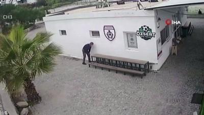 kamera -  Halı sahada bir şey bulamayan zanlılar merdiveni çaldı