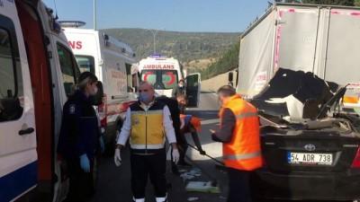 ilk mudahale - KOCAELİ - Anadolu Otoyolu'nda otomobil kamyonla çarpıştı: 4 yaralı