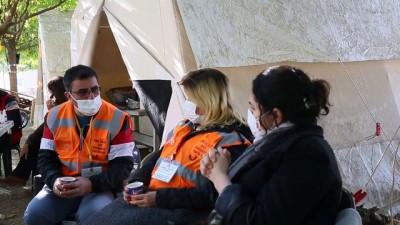 İZMİR - Fedakar öğretmen, acısını unutup depremzedelerin yardımına koştu