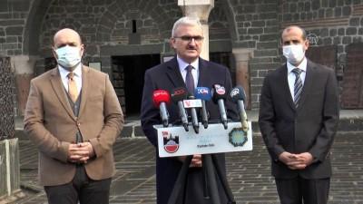 bild - Diyarbakır Valisi Münir Karaloğlu'ndan tarihi kiliseye ziyaret