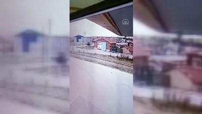 trol - KONYA - Araçtan fırlayan sürücünün, evin çatısına düştüğü anlar güvenlik kamerasına yansıdı