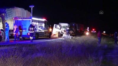 hastane - AFYONKARAHİSAR - Yolcu otobüsü ile kamyonet çarpıştı: 1 ölü, 5 yaralı