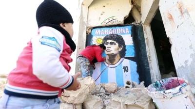 saldiri - İdlibli grafiti sanatçısı Maradona'nın resmini enkaza dönüşen duvara çizdi