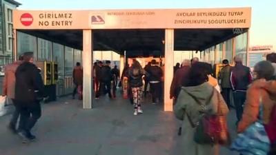 metrobus duraklari - İSTANBUL - Toplu taşıma araçlarında ve duraklarda yolcu yoğunluğu devam ediyor (2)