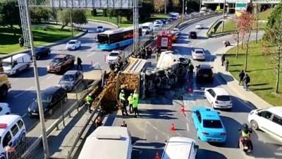 bild - İSTANBUL - Şişli'de hafriyat kamyonu otomobilin üzerine devrildi