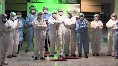 KARS - Temizlik görevlileri hastanelerin hijyeni için gece gündüz görev yapıyor
