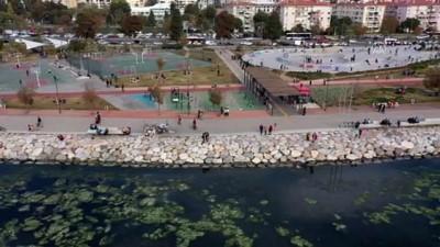 İZMİR - Ege'de sokağa çıkma kısıtlamasının bitmesiyle meydanlar hareketlendi