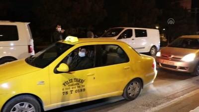 polis ekipleri - KARABÜK - Sokağa çıkma kısıtlamasına uymayan 2 kişiye ceza