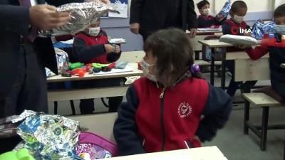 bayram hediyesi -  Köy köy dolaşıp tablet, oyuncak ve kıyafet dağıttılar