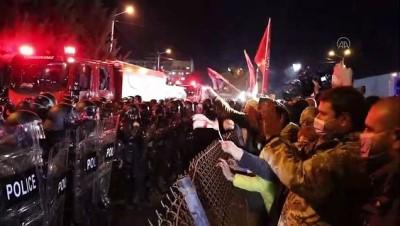 Gürcistan'da güvenlik güçleri Merkez Seçim Komisyonu binasını kuşatan protestoculara müdahale etti