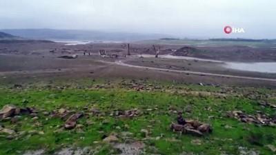 2008 yili -  Suların yüzlerce metre çekildiği Sazlıdere Barajı'nda ev kalıntıları ortaya çıktı