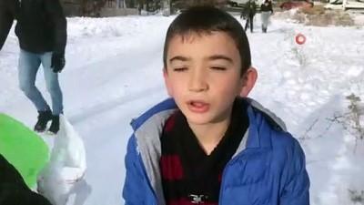 Sınavların 2. döneme ertelendiğini duyan çocuklar buz pistine dönen sokaklara akın etti
