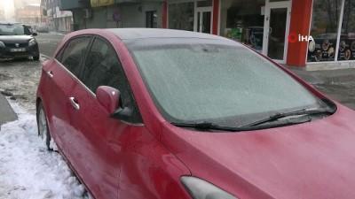 Ağrı buz kesti...Ağaç dalları buz tuttu, araçları brandalı ile örttüler